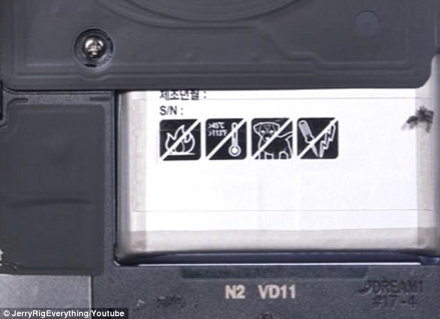 Egy furcsa képet szúrtak ki a Galaxy S8 mobilok akkumulátorán – mit keres ott egy kutya?